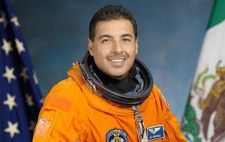 Astronauta 'mexicano' usará Twitter en el Discovery