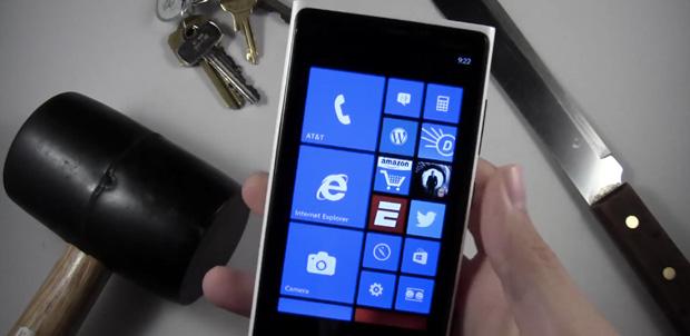 Lumia 920 pasa por el martillo y cuchillo