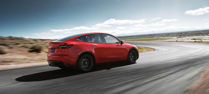 Tesla Model Y rojo atras