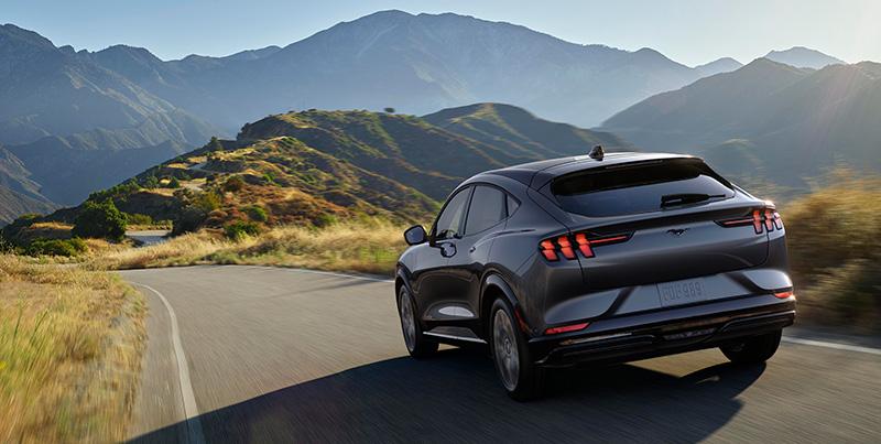 Ford Mustang Mach-E carretera atras