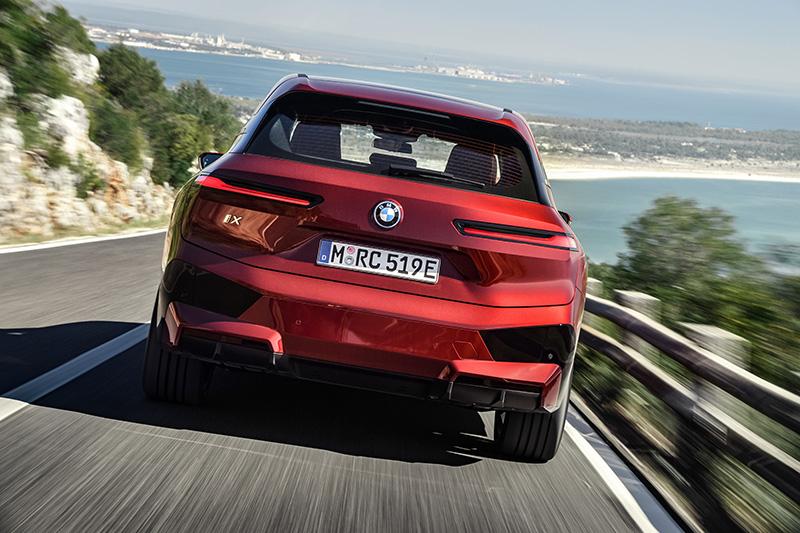 BMW iX atras rojo