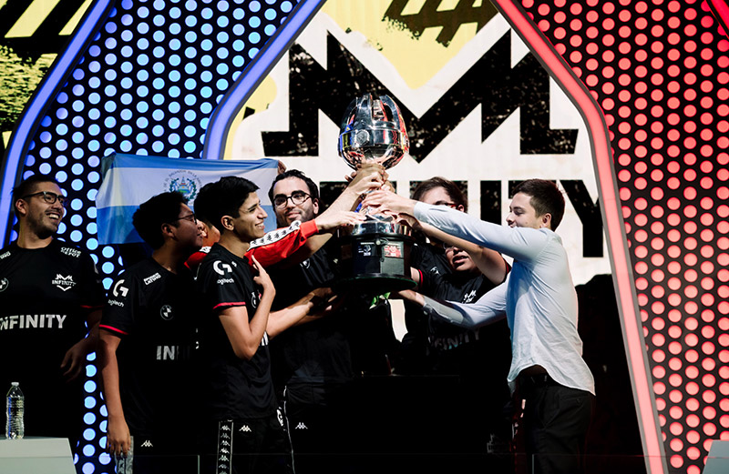 INFINITY Liga Latinoamerica de League of Legends campeon trofeo